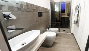 Bagno ospiti con doccia passante tra bagno e bucataio